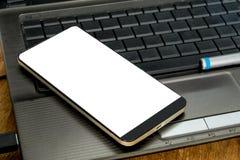 Smartphone sur le clavier, les affaires et le travail en ligne Photos libres de droits