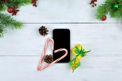 Smartphone sur le fond de Noël Photo stock