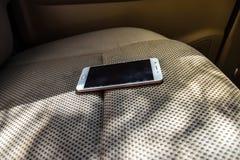 Smartphone sur sofar dans la voiture images libres de droits