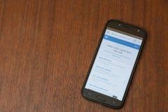 Smartphone sur un fond en bois Photos libres de droits