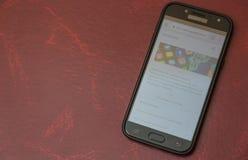 Smartphone sur un fond en bois Image stock