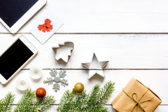 Smartphone, tableta, haciendo compras para la tabla de madera en línea del Año Nuevo Fotografía de archivo libre de regalías