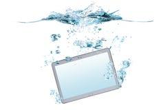 Smartphone/Tablette im Wasser und im Spritzen Lizenzfreie Stockbilder