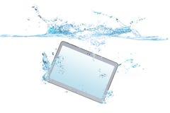 Smartphone/Tablette im Wasser und im Spritzen Lizenzfreies Stockfoto