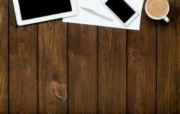 Smartphone, tabuleta, café e papel Imagens de Stock Royalty Free