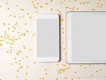 Smartphone, tabuleta de Digitas, macarronetes do alfabeto, cozinhando o app Fotos de Stock