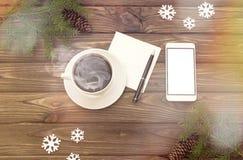 Smartphone, tazza di caffè, rami attillati Fiocchi di neve Natale del nuovo anno Fotografia Stock Libera da Diritti