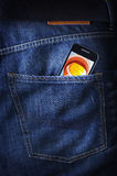 Smartphone/telemóvel do écran sensível no poket das calças de brim Fotografia de Stock Royalty Free