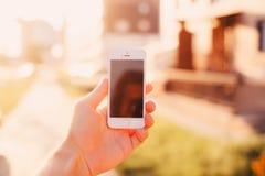 Smartphone ter beschikking, Stock Foto's