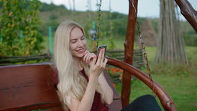 smartphone texting的妇女年轻人 影视素材