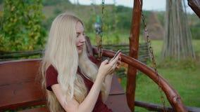 smartphone texting的妇女年轻人 股票视频