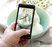 Smartphone tiró la foto de la comida - helado de vainilla Fotos de archivo libres de regalías