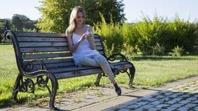 Smartphone tocante da mulher Fotografia de Stock