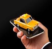 Smartphone-toepassing van de taxidienst voor het online zoeken roepend en boekend een cabine Royalty-vrije Stock Foto's
