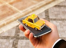 Smartphone-toepassing van de taxidienst voor het online zoeken roepend en boekend een cabine Stock Afbeelding