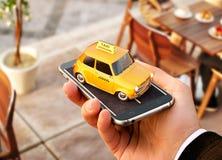 Smartphone-toepassing van de taxidienst voor het online zoeken roepend en boekend een cabine Stock Foto's