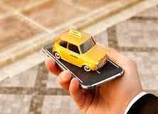 Smartphone-toepassing van de taxidienst voor het online zoeken roepend en boekend een cabine stock afbeeldingen