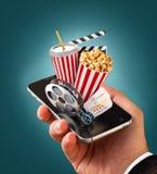 Smartphone-toepassing voor online het kopen en het boeken bioskoopkaartjes Leef het letten op films en video Stock Foto