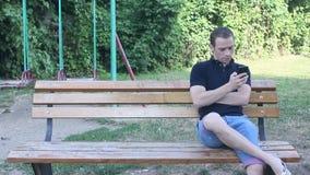Smartphone toouching del hombre almacen de video
