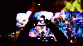 Smartphone a tourné pendant un concert pour faire la vidéo image libre de droits