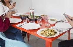 Smartphone używać na obiadowym stole obrazy royalty free