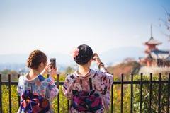smartphone używać kobietę Obraz Royalty Free