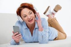 smartphone używać kobiety Obrazy Stock