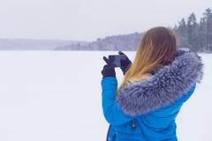 smartphone używać kobiety Kobieta bierze fotografię na smartphone Obrazy Royalty Free