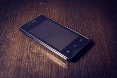 Smartphone una tavola di legno Immagini Stock Libere da Diritti