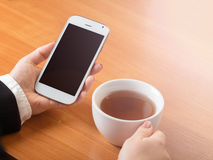 Smartphone und eine Tasse Tee Lizenzfreie Stockfotografie