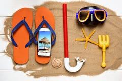 Smartphone und etwas Sommermaterial Lizenzfreies Stockfoto