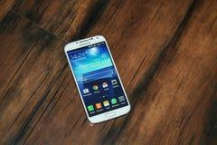 Smartphone und hölzerner Hintergrund Stockfotografie