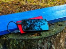 Smartphone und powerbank auf einem Brett Lizenzfreie Stockfotos