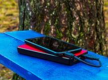 Smartphone und powerbank auf einem Brett Lizenzfreie Stockbilder