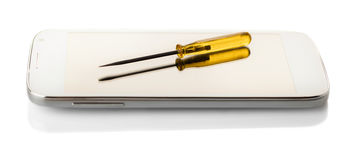 Smartphone und Schraubenzieher lizenzfreie stockfotografie