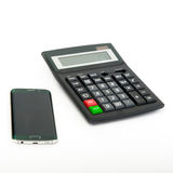 Smartphone und Taschenrechner auf dem weißen Hintergrund Stockbilder