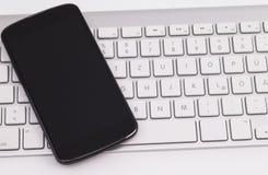 Smartphone und Tastatur Lizenzfreies Stockfoto