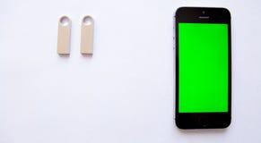 Smartphone- und USB-Blitz fahren auf weißen Hintergrund Grüner Bildschirm Stockbild