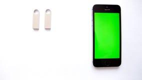 Smartphone- und USB-Blitz fahren auf weißen Hintergrund Grüner Bildschirm Lizenzfreie Stockfotos