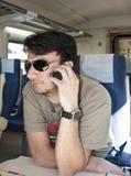Smartphone usando adulto sul treno immagine stock