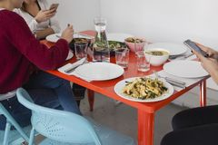 Smartphone usando en la tabla de cena fotografía de archivo