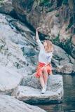 Smartphone usin молодой женщины на озере Стоковое Изображение RF