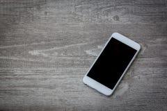 Smartphone ustawiający na drewnianym tle zdjęcia stock