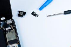 Smartphone uszkadzał i potrzeba naprawiać która wytłacza wzory smartphone fotografia royalty free