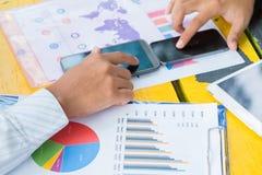 Smartphone van de bedrijfsmensenaanraking Stock Fotografie