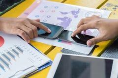 Smartphone van de bedrijfsmensenaanraking Stock Afbeeldingen
