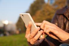 Smartphone van de de handholding van de vrouw Royalty-vrije Stock Fotografie