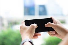 Smartphone van de handholding, beeldgebruik voor mobiele toepassingen en programma's van verschillende media royalty-vrije stock afbeeldingen