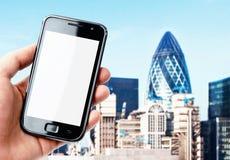 Smartphone van de handholding in de stad van Londen stock foto's
