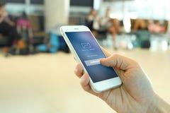 Smartphone van de handholding met het lid loging scherm op luchthavenbac Stock Foto's